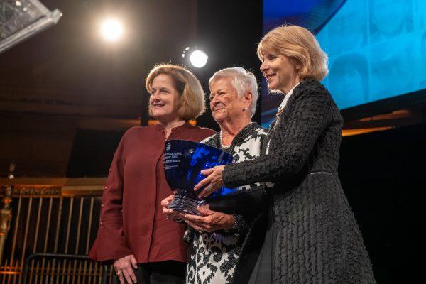 2018 Giants of Broadcasting honoree Elizabeth Murphy Burns + award